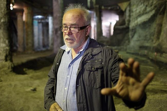 Археолог Михаил Сагайдак во время раскопок на Почтовой площади в Киеве