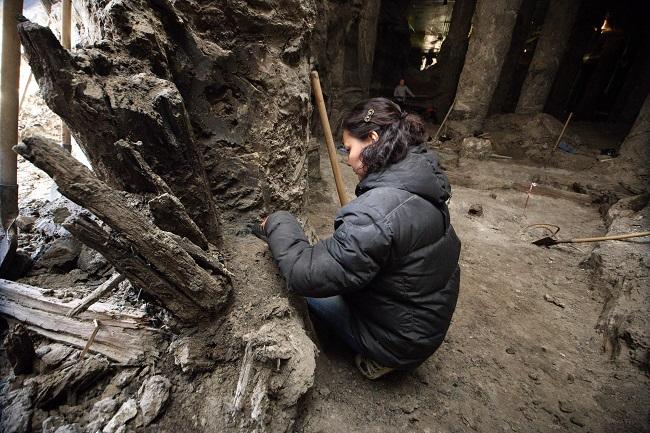 Археологи акуратно очищають знайдені дерев'яні артефакти