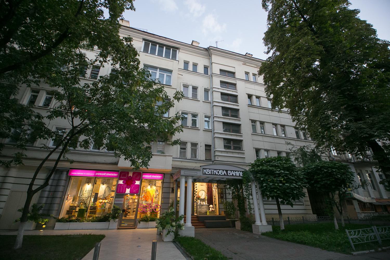 Улица Льва Толстого, 15 – Дом, в котором жил поэт и националист Олег Ольжич