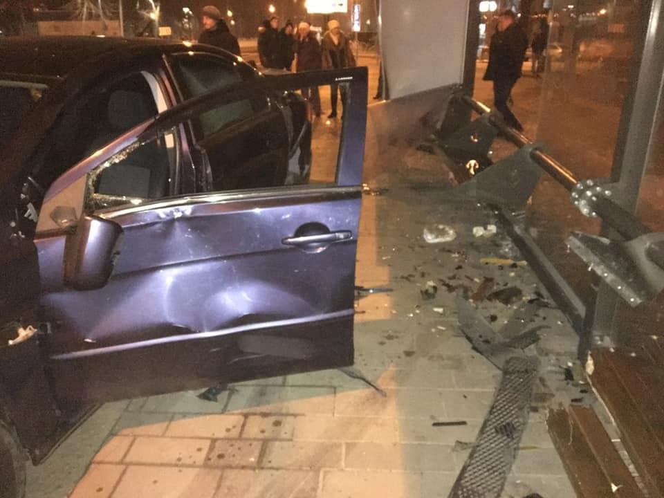 В Мариуполе водитель въехал в остановку: пострадали 3 человека, среди которых ребенок