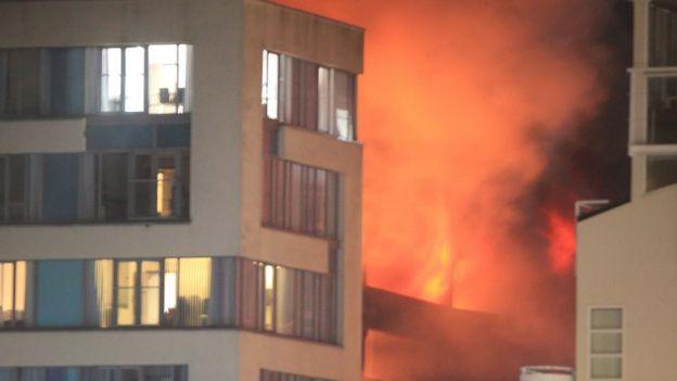 Пожар наавтостоянке вЛиверпуле уничтожил практически 1,5 тысячи авто