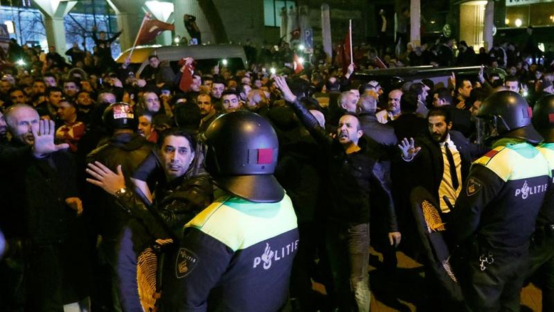 В Нидерландах протестующих разогнали вдометами