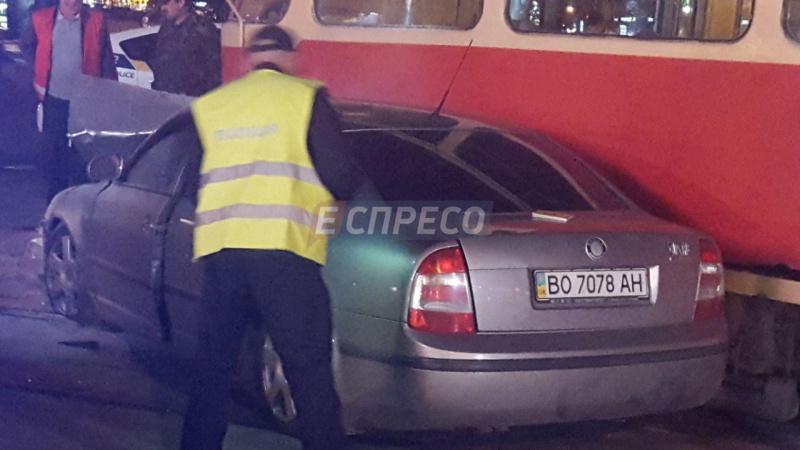 Вцентре столицы Украины трамвай сошел срельсов после столкновения савто народного депутата,
