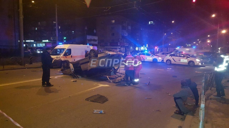 ВКиеве наДорогожицкой перевернулся автомобиль: есть пострадавшие
