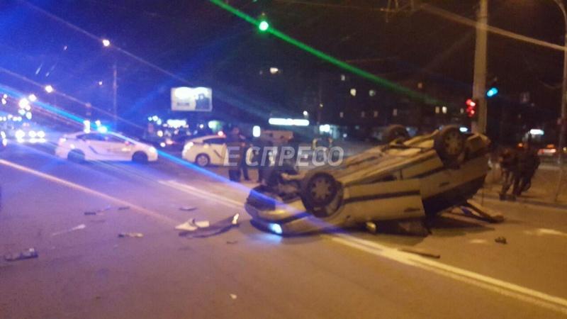 ВКиеве микроавтобус врезался втакси: авто перевернулось накрышу