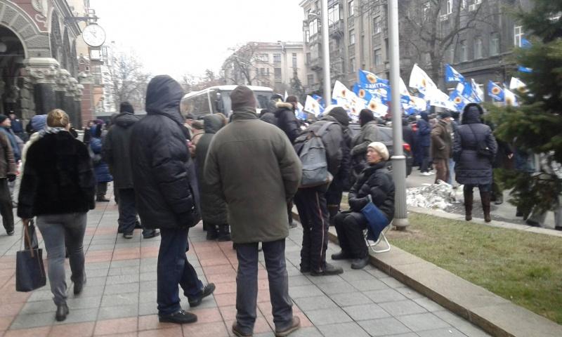 Около НБУ собрались митингующие вкладчики