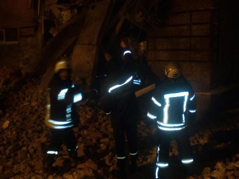 Cотрудники экстренных служб достали ребёнка из-под завалов обрушившегося общежития вУкраинском государстве