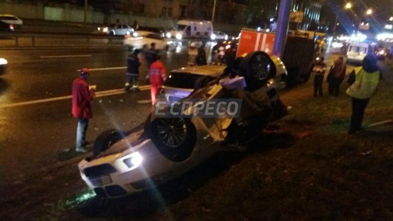 Жуткое ДТП вКиеве: авто перевернулось накрышу, есть погибшие
