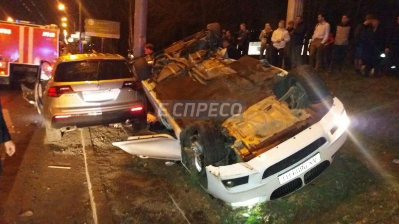 ВКиеве напроспекте Победы произошла смертоносная авария: авто перевернулось накрышу