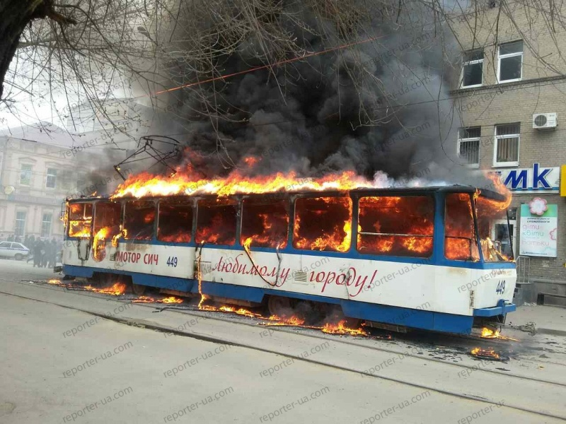 ВЗапорожье зажегся трамвай, пассажиры выбегали извагона