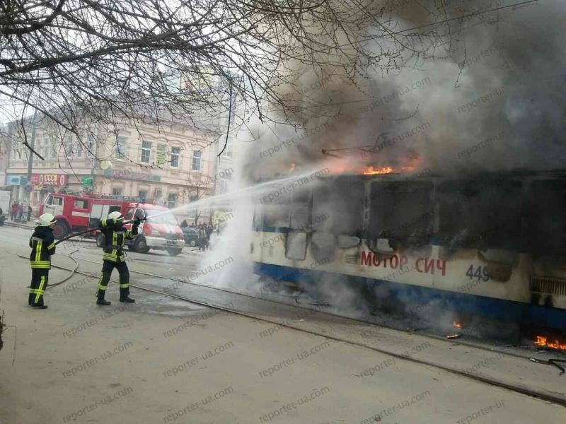 ВЗапорожье наостановке зажегся трамвай спассажирами