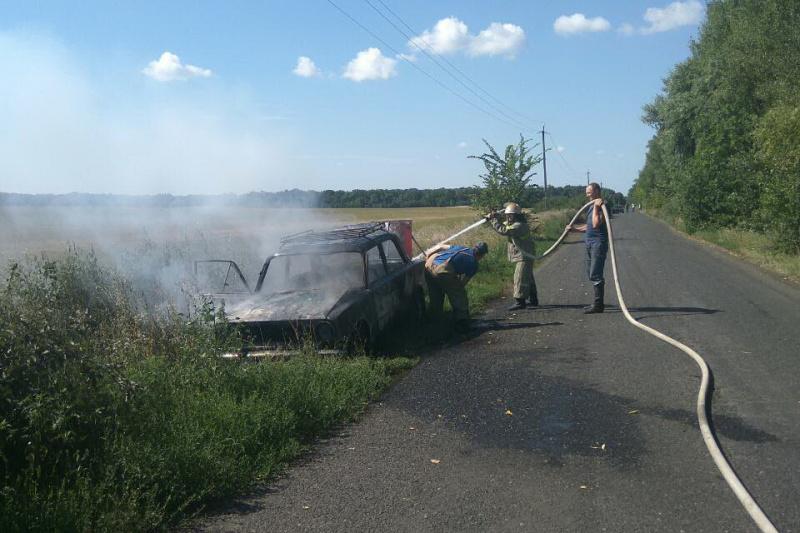 В Харьковской области на ходу загорелся автомобиль, есть пострадавшие