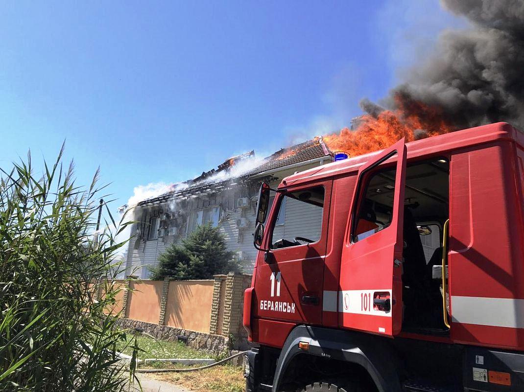 На украинском курорте в гостинице произошел сильный пожар: видео ЧП