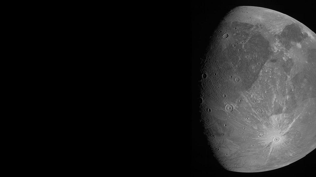 У NASA показали вражаючі фото найбільшого супутника Сонячної системи