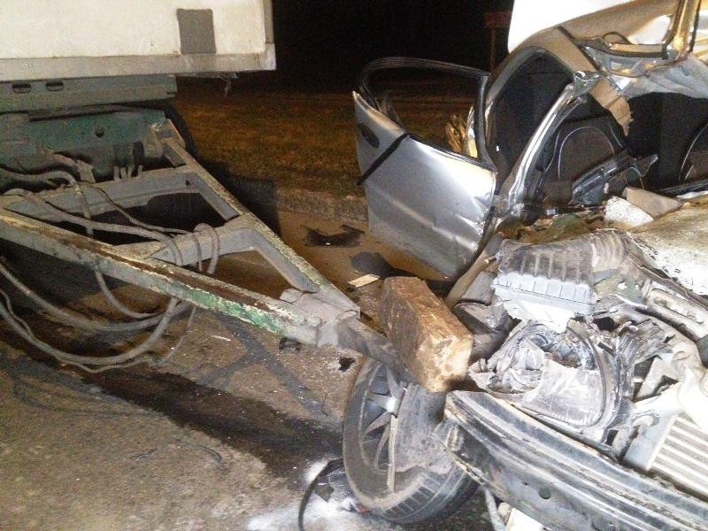 ВКривом Роге Дэу влетел в грузовой автомобиль: 2 человека погибли, трое пострадавших
