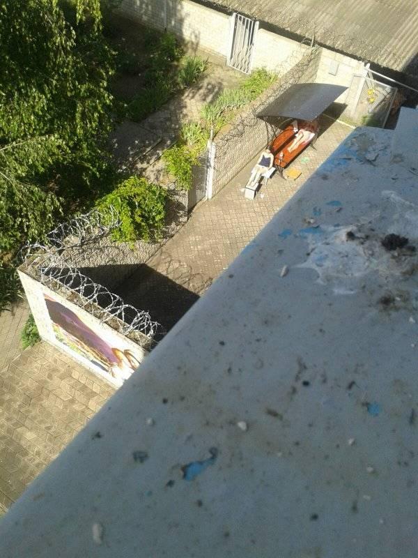 Вместо работы загорает на солнце: в сети появились фото Зайцевой за решеткой