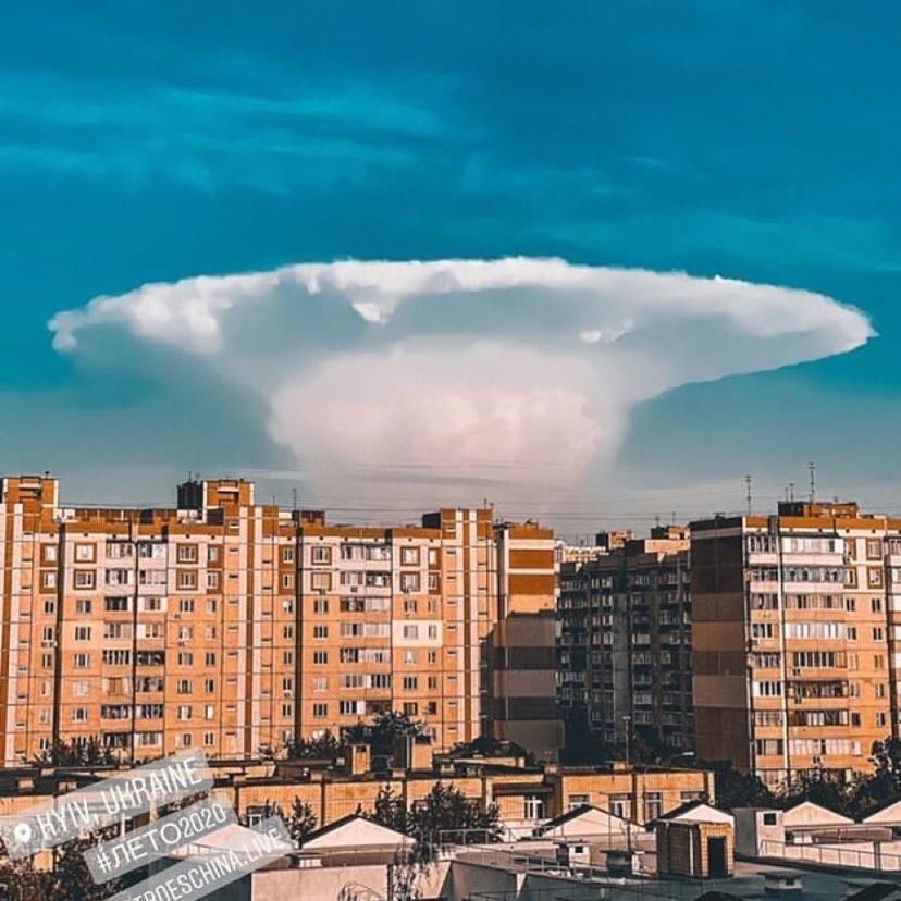 """Над Киевом появился """"ядерный гриб"""": фото и видео редкого явления"""