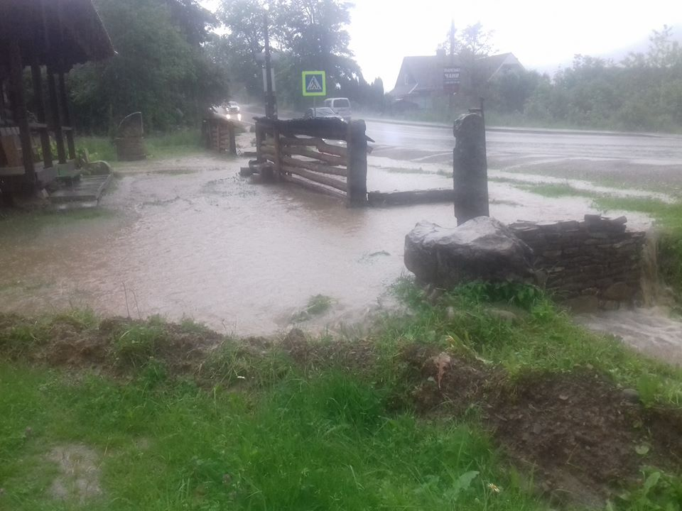 На Прикарпатті пронеслися потужний смерч і зливи: відео та фото гігантської стихії
