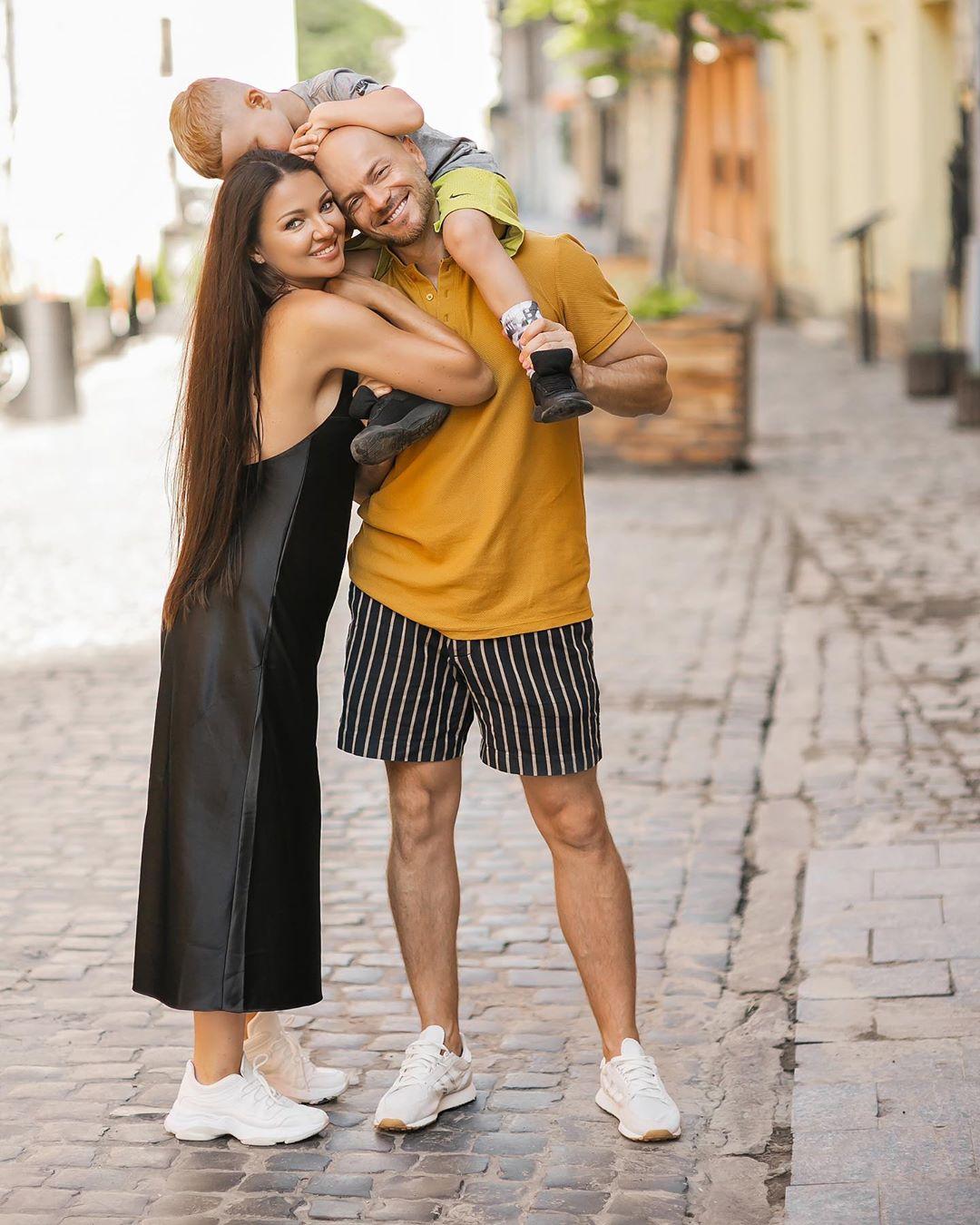 Самое большое достижение: Влад Яма растрогал сеть семейной фотосессией с женой и сыном