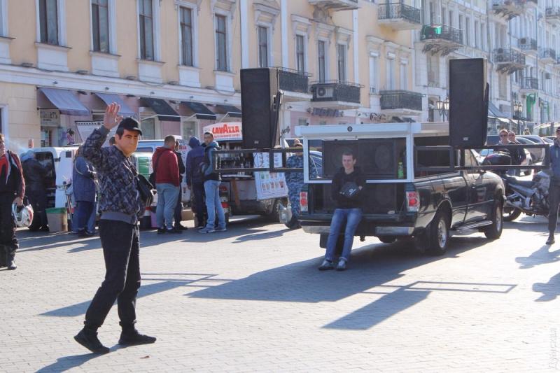 Близько 150 прихильників Саакашвілі чекають його біля пам'ятника Дюку вОдесі
