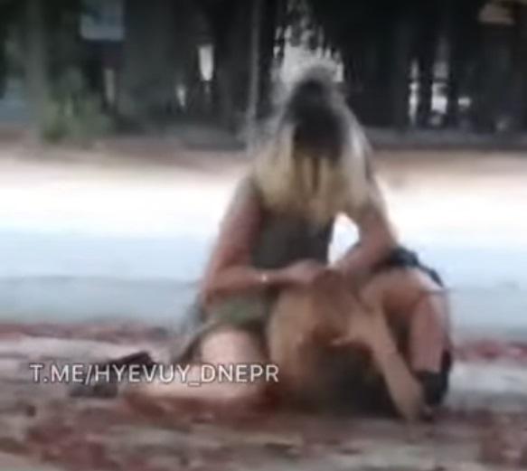 Кулаками по голові: у Дніпрі дівчата влаштували жорстку бійку на вулиці (відео 18+)