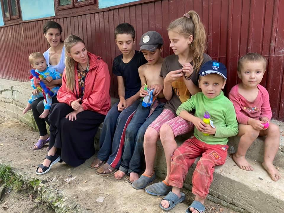 В лесу под Черновцами в страшной нищете живет 7 детей, которых наказывают за сливы с дерева