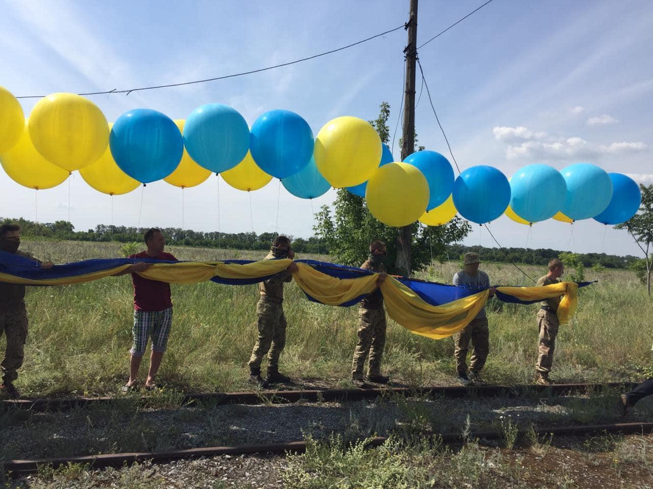 Над Донецьком запустили величезний прапор України: бойовики обстрілювали його 20 хвилин