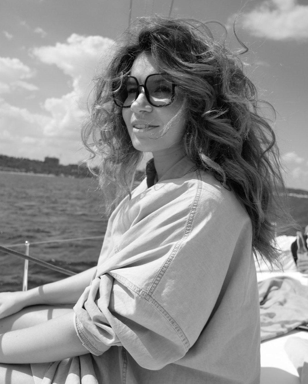 Красивая муза: MONATIK покорила сеть портретом красивой жены
