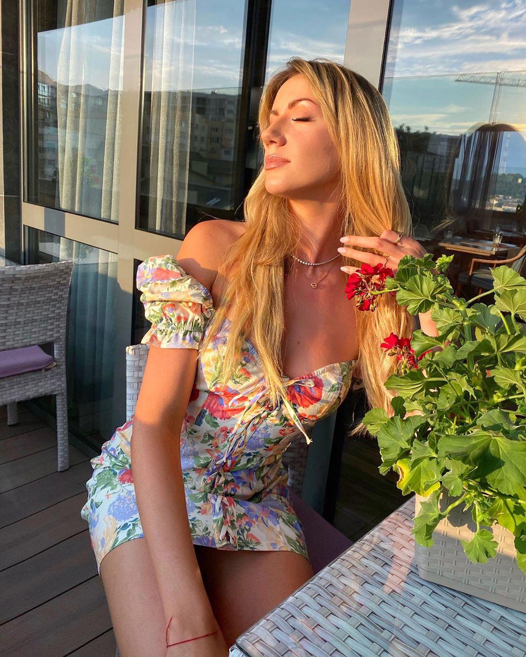 Манящая Леся Никитюк показала аппетитный бюст в мини-платье с цветочным принтом