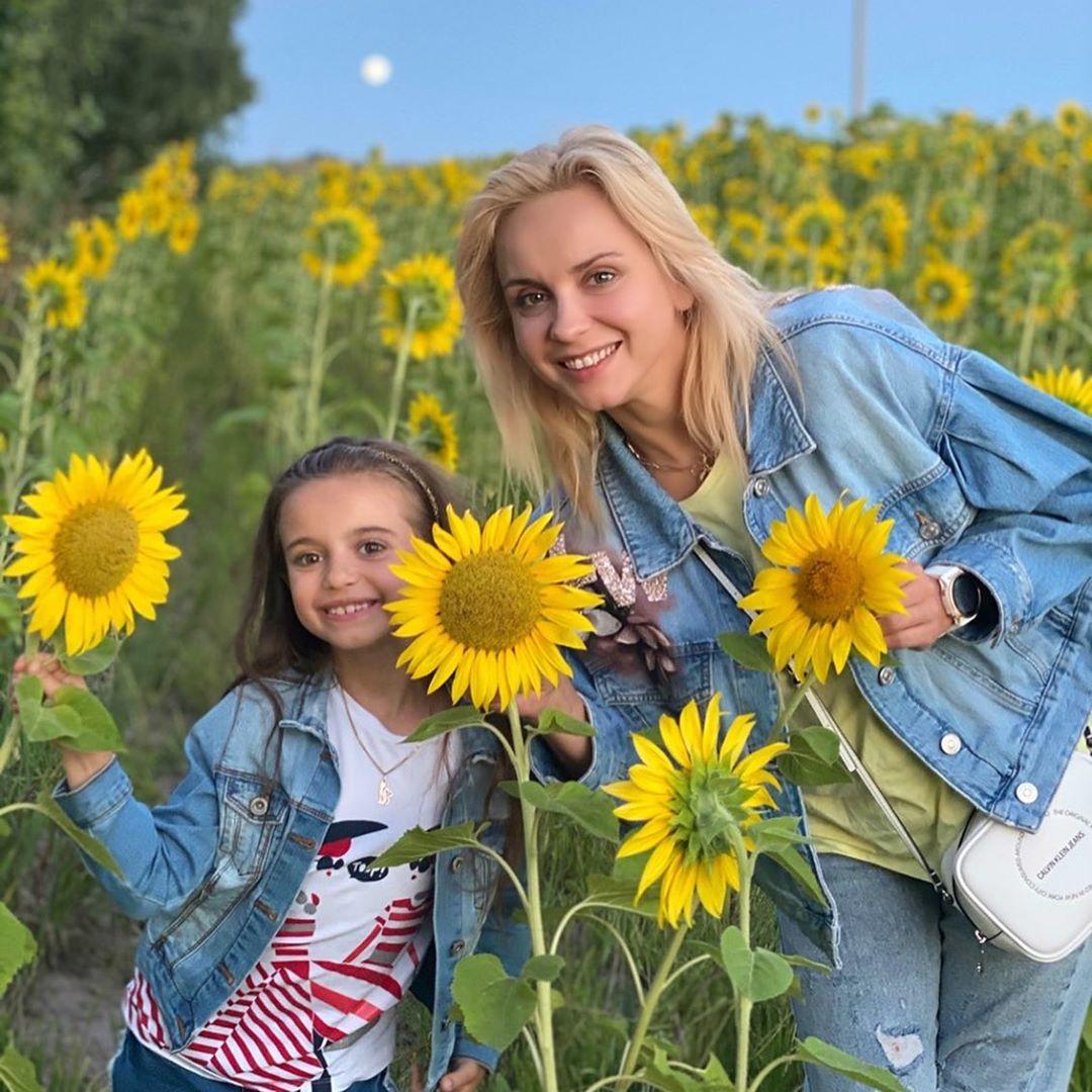Сияет от счастья: Лилия Ребрик с мужем и дочерью организовали легкую фотосессию с подсолнухами