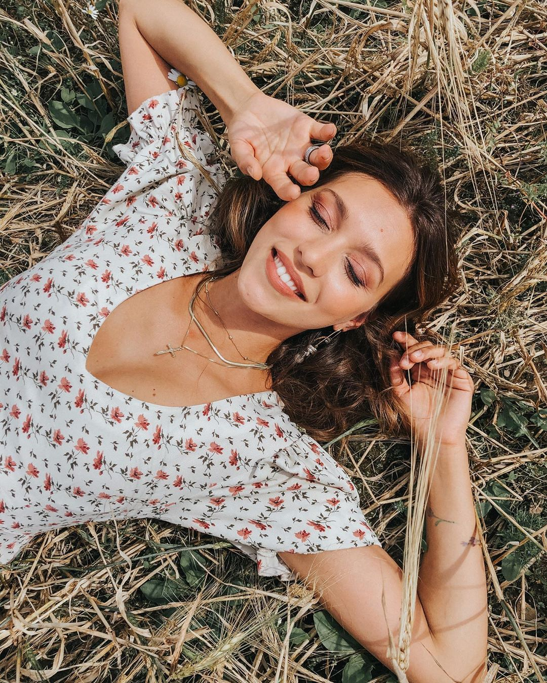Нежно и романтично: Регина Тодоренко заворожила атмосферным фотосетом в поле