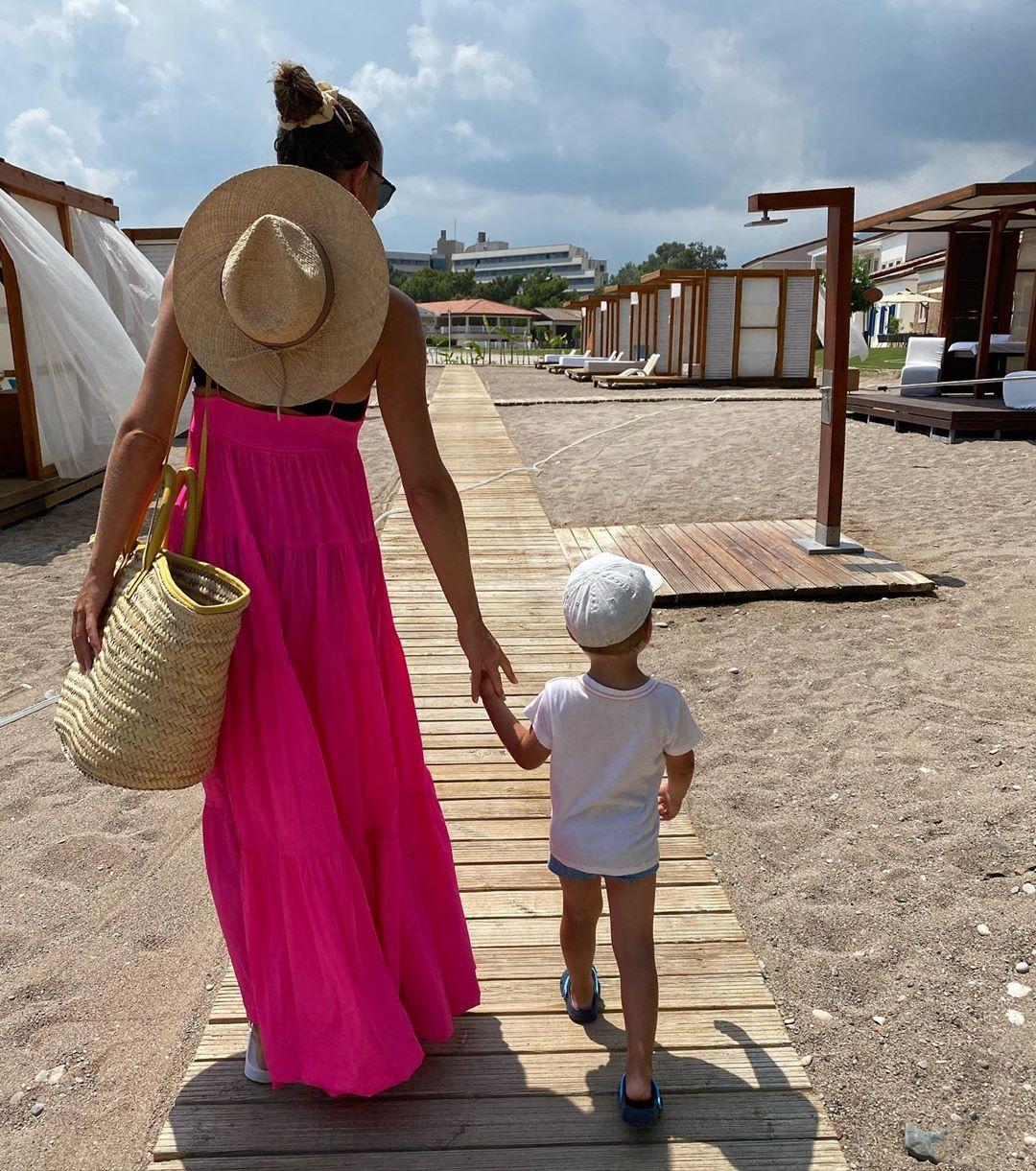 Яркая фуксия: Катя Осадчая продемонстрировала младшего сына и эффектный летний лук
