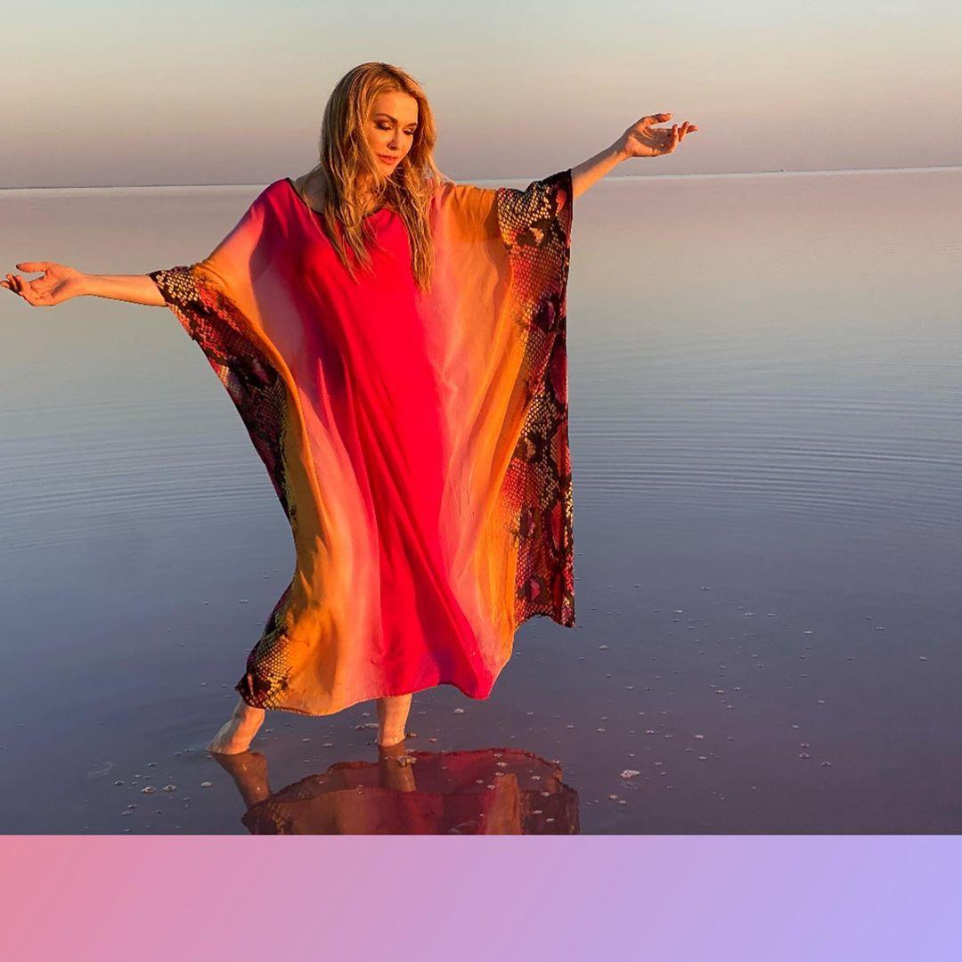 Бег по волнам: Ольга Сумская загипнотизирована яркими фотографиями у розового озера