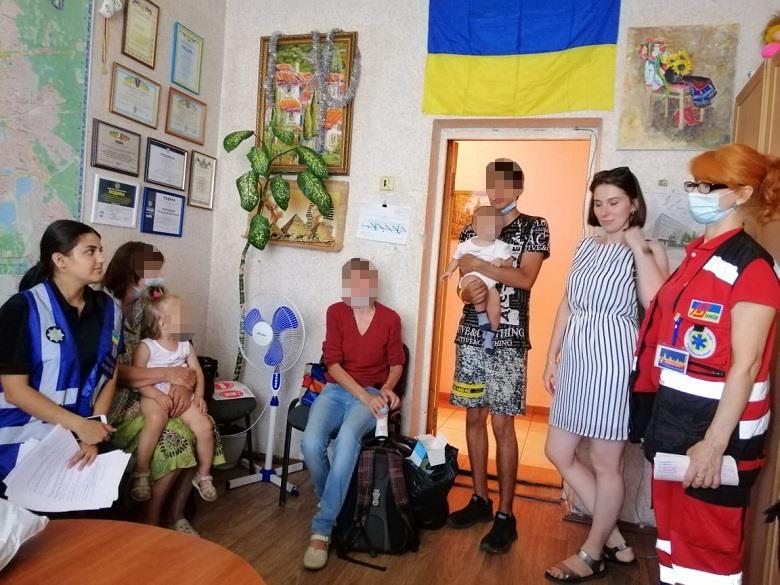 У Києві бабуся спеціально залишила маленьких внучок біля магазину: що сталося