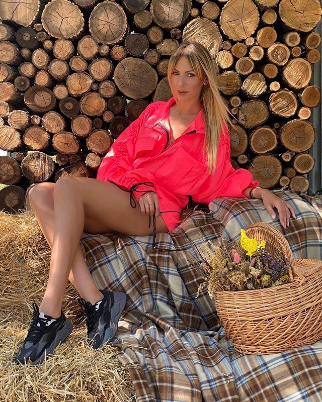 Леся Никитюк засветила бесконечные ножки и раззадорила поклоннков творческим заданием