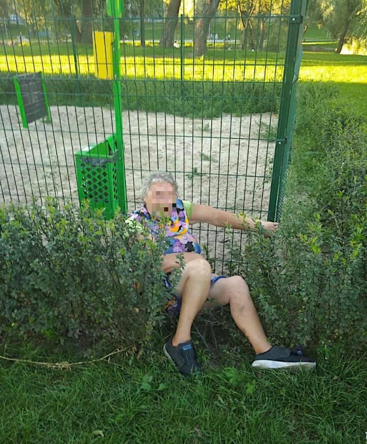 В киевском парке пенсионерка приставала к детям и снимала одежду (фото)