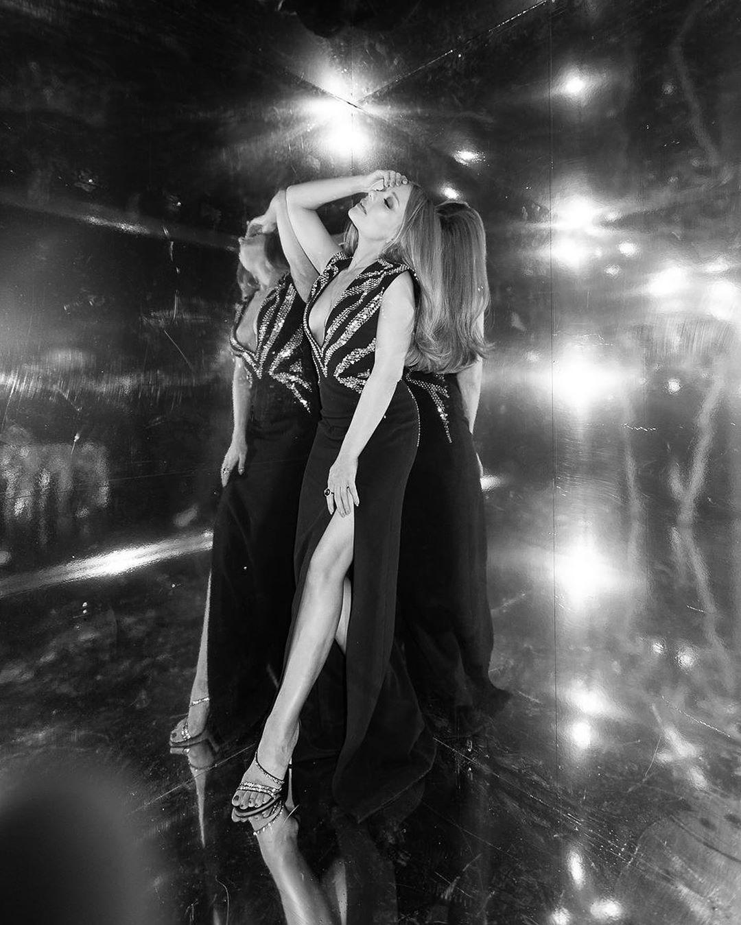 С глубоким декольте и без нижнего белья: Тина Кароль ошеломлена откровенной дугой