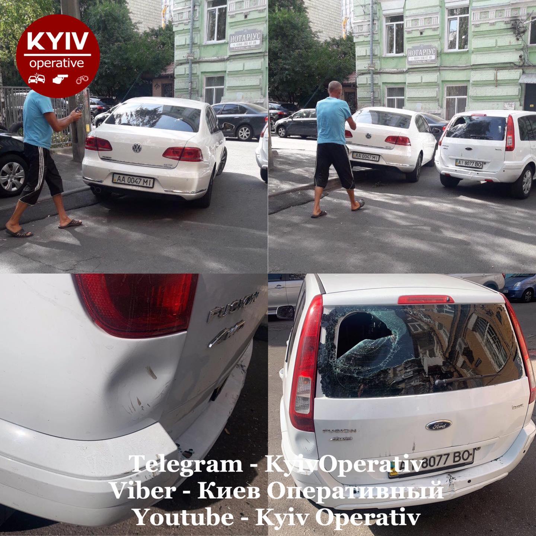 """В Киеве водитель на """"блатных номерах"""" бил ногами и царапал машину: фото неадеквата"""