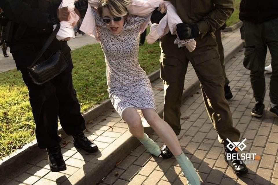 Жінок душили і тягли по асфальту: затримання на протестах в Білорусі потрапили на фото