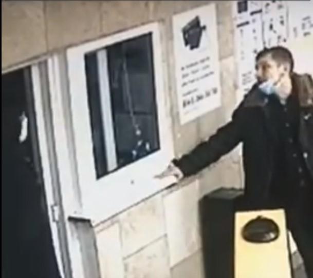 В метро Киева пассажир избил головой сотрудницу подземки: появилось видео