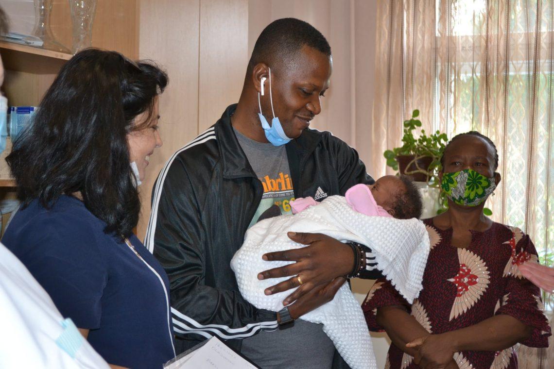 В Тернополе иностранец забрал малыша из больницы, где умерла его жена: из глаз текли слезы