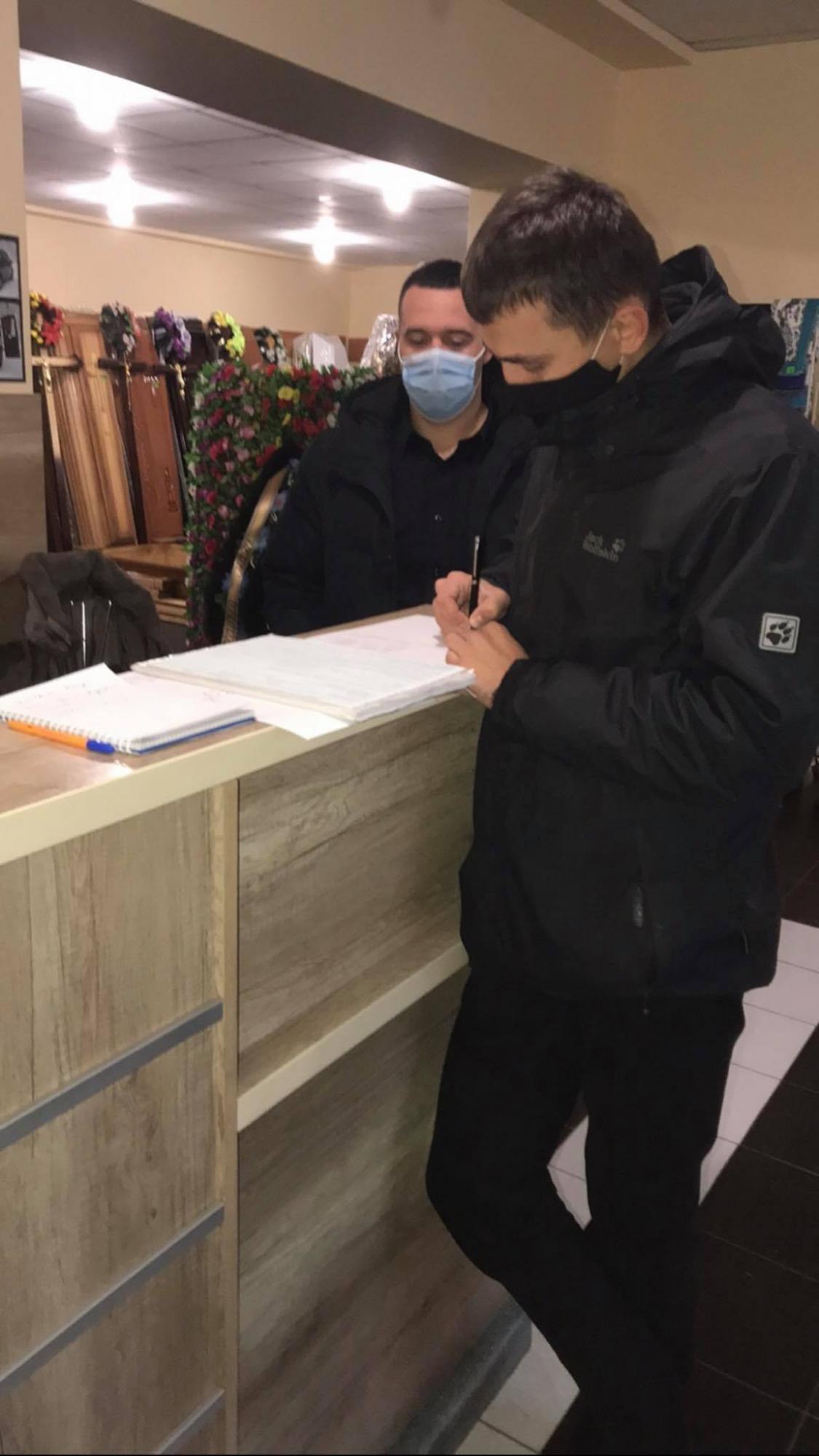 Умирать только в будни: под Ивано-Франковском ритуальный магазин попал в громкий скандал