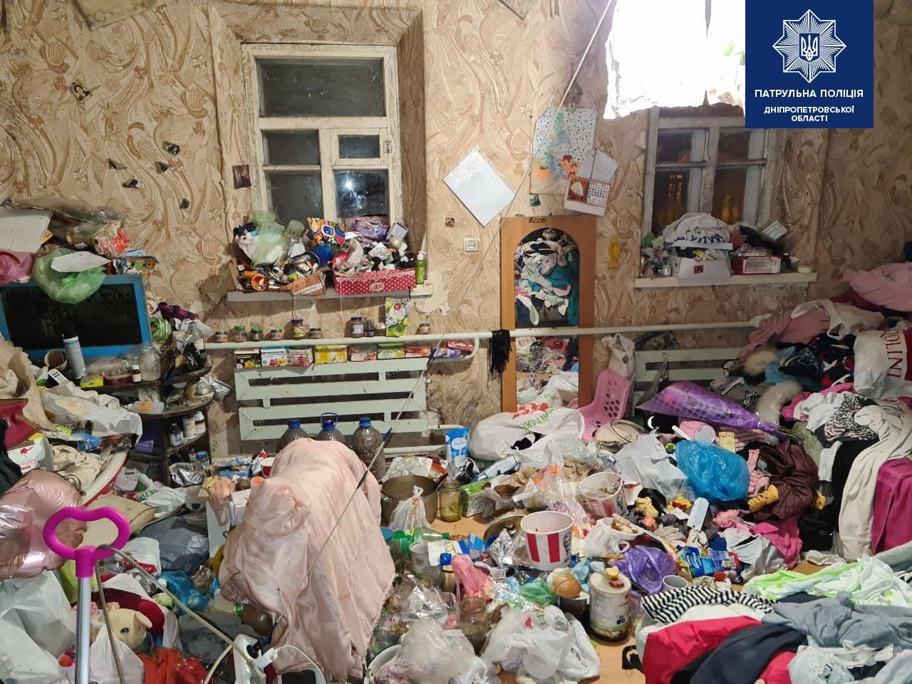 Дети в Днепре жили несколько лет в нечеловеческих условиях среди мусора: соцслужба катастрофы не видит