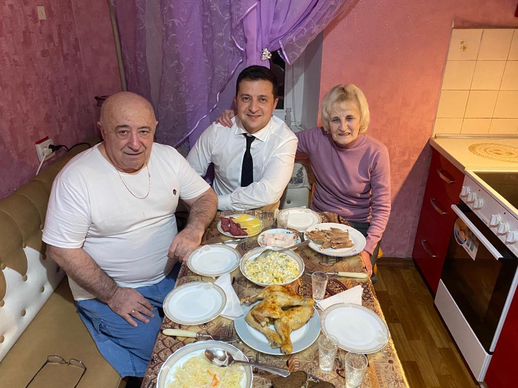 Зеленский показал редкое домашнее фото с родителями