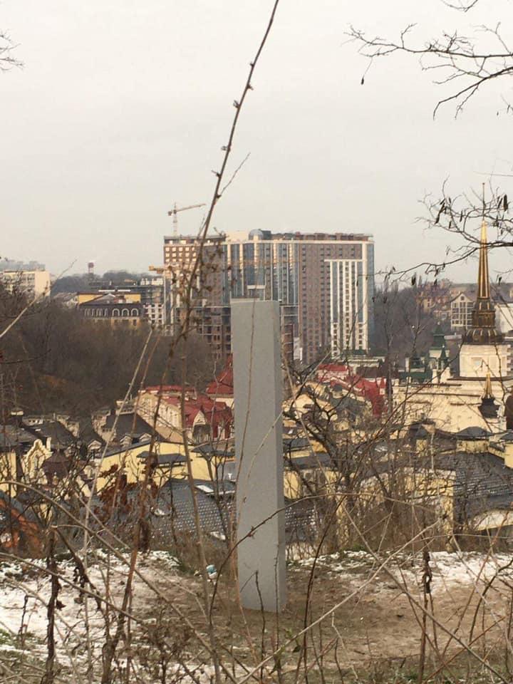 НЛО розмістили моноліт у Києві - фото