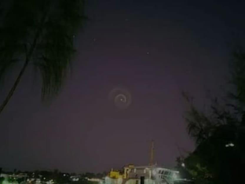 У небі з'явилась загадкова спіраль, яка вразила людей: що це було та як вона виглядає
