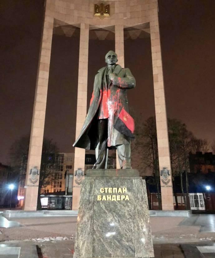 Во Львове студент за тысячу гривен облил краской памятник Бандере: как наказали вандала