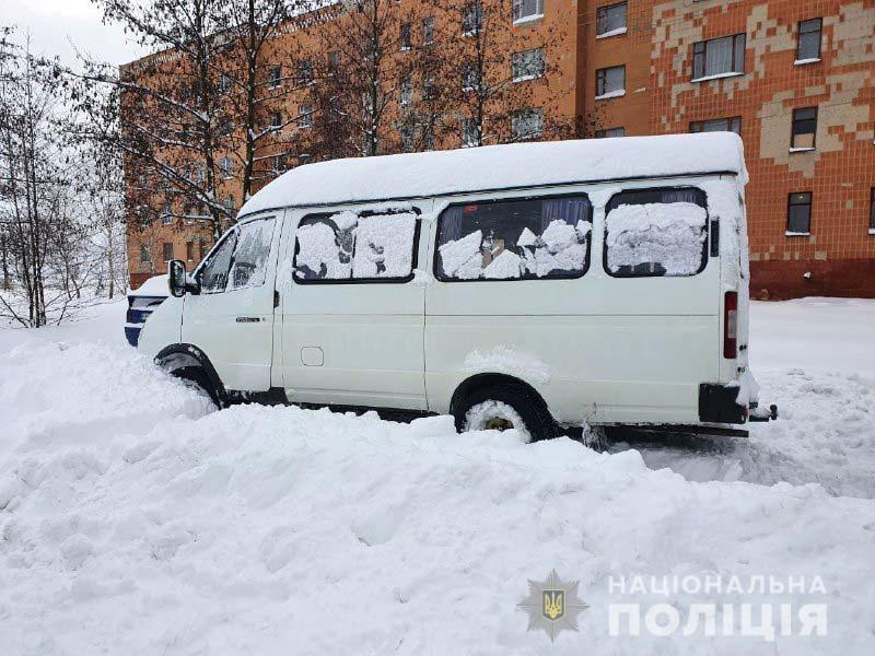Под Ровно пьяный водитель школьного автобуса с детьми угодил в снежную ловушку