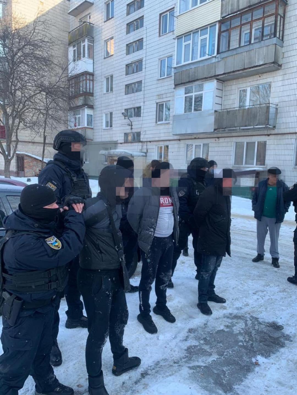 """В Україні пов'язали шахраїв, які продавали """"евробляхи"""": відео затримання"""