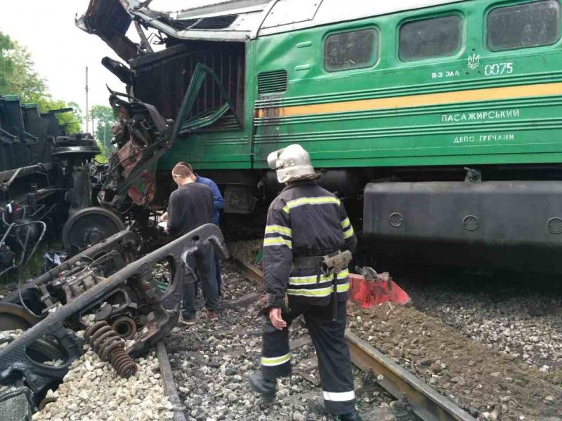ВХмельницкой области столкнулись локомотив ипассажирский поезд